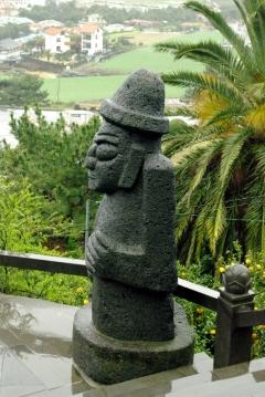 Тольхарубан - один из символов острова Чеджудо. Добродушный старик, вытесаный мастером из черной лавы.