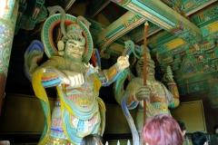 Деревянные великаны в воротах Пульгукса в Кёнджу